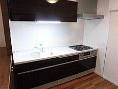 リフォーム済キッチンは3口コンロのシステムキッチンを新設致しました。人工大理石のワークトップに薄型レンジフードとこだわりのキッチンに。奥様の料理も捗りそうですね。