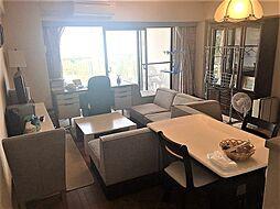 陽光溢れる明るいLDKはダイニングテーブルとソファを設置できるゆとりの広さ。