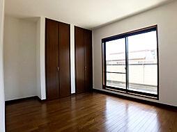 バルコニーに面した洋室には明るい日差しが差し込みます。