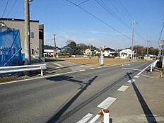 桜南小学校まで、交差点を左折して約200mの近さです。