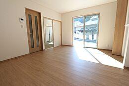 南向きの明るいリビングは和室と合わせて21.2帖の大きな空間です。