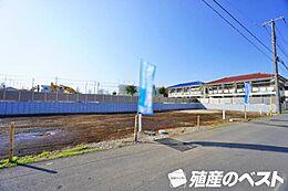 西武多摩川線「新小金井」駅まで徒歩約4分。開放的で陽当たり良好な敷地です。