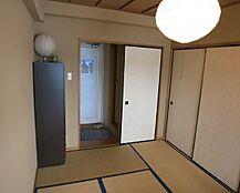 和室のワンルームタイプです。襖も畳も綺麗な状態です。照明、エアコンは残置しますが家具、家等はご相談可