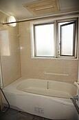 ユニットバス。浴室に窓があります。
