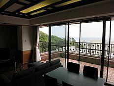 奥行きのあるバルコニーに面したリビングからは熱海港・相模湾を望めます。