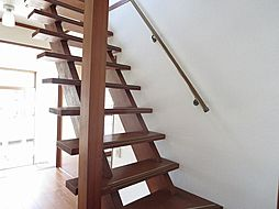 リフォーム済階段写真です。子様やご年配の方でも安心して、のぼり降りして頂ける様、手摺りと滑り止めを新設しました。