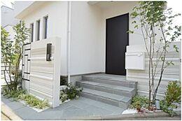 閑静な住宅街で、前面道路も幅がゆったりございます。玄関前は植栽や、小窓を沢山施すことでデザイン性の高いアプローチになっています。(建物プラン例/建物価格1755万円、建物面積89.26m2)