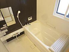 リフォーム済。ハウステック製1坪タイプのユニットバスは、入浴動作をサポートしてくれる握りバー付きで便利。お床は水はけが良く、滑りにくくお掃除も楽々です。