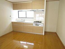 リフォーム済キッチン収納は、ファインモーション機能付で、引き出しがゆっくりしまります。安全に包丁が収納でき、まな板も収納できるのでキッチンがスッキリしますね