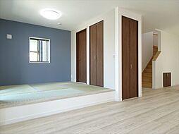和室建築施工例リビング横には小上がりの和室。のんびり寛いだり、お子様の遊びスペースとしても活用できそうですね。アクセントクロスで遊び心もですね。