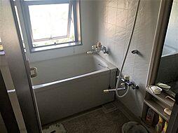 こもりがちな空気の入れ替えにも便利な窓付の浴室です。