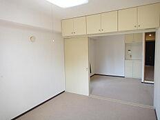 収納豊富なリビング隣の洋室 上部の収納豊富です