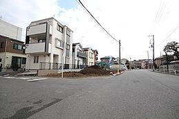 バス停がすぐ目の前にありますので、亀有や綾瀬方面へのお買い物やお出かけにもとてもアクセスが良いです。