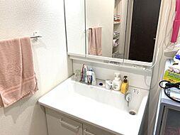 洗面からお化粧まで忙しい朝の準備にぴったりな洗髪洗面化粧台付き。