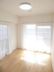 洋室2(約5.3帖)2面採光で明るく陽当りも良い洋室です。
