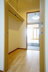 北西洋室と和室の間はウォークスルークローゼットになっており、大量収納が可能です