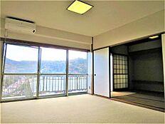 リビングの別角度です。南東向きの窓から午前中から正午にかけて暖かい陽ざしを室内に届けてくれます。