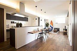 アイランド型でLDK全体への見通しのいいキッチン。水廻りへの導線の良さもポイントです。