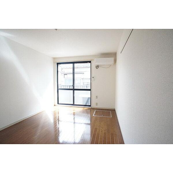 サンハイツの窓が大きく明るい室内