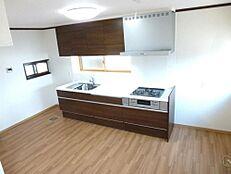 リフォーム後のキッチンの画像です。永大産業製の2700mmの新品キッチンに交換しました。壁、天井のクロスを張り替えて、床のクッションフロアを張り替えてきれいに生まれ変わりました。