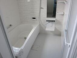 西側世帯浴室です。西側世帯の浴室は2階にございます。浴室から寝室まで階段を上り下りする手間がかかりません。現地(2018年4月)撮影
