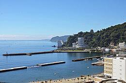 お部屋からの眺望です。伊豆半島の海岸線、熱海城、熱海湾、砂浜、そして海上花火大会も一望です。