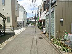 目の前の道路は4.0m幅と広くはないですが、住民の方しかほぼ通りませんので安心です。