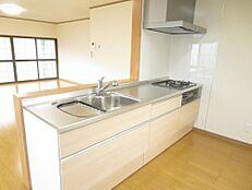永大産業製の新品システムキッチンに交換しました。収納棚は三段式になっており、様々収納できるので便利です。