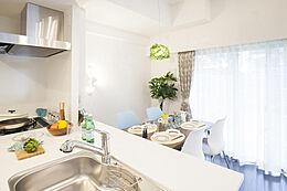 白を基調とした清潔感と機能性を重視したワイドカウンター付オープンキッチンです。