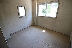 2階洋室陽光差し込む明るい居室です