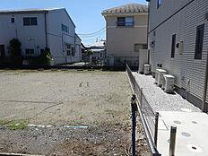 建築条件なし。お好きなハウスメーカー・お好きな間取りで建築できます。50坪。小学校まで650m。中学校まで210m。