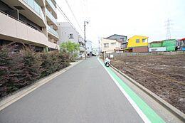 ゆったりとした見通しの良い前面道路。ゆとりの街並みが広がります(2018年6月 撮影)