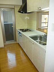 キッチンからバルコニーへ出入り可能。家事も効率よく進められます。