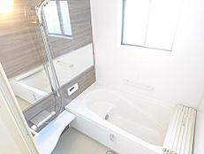 リフォーム済写真浴室はLIXIL製のユニットバスに新品交換しました。半身浴も快適にできるベンチ付の浴槽は節水にも役立ちます。新しいお風呂で1日の疲れを癒してください。