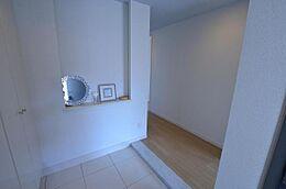 玄関ドアを開けると白を基調として、清潔感溢れる玄関に辿りつきます。