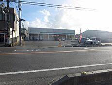 ファミリーマートひたちなか市毛店様まで約700m(徒歩で約9分)。徒歩圏内にはコンビニもあります。24時間営業のコンビニが徒歩圏内にあると何かと便利ですよね。