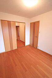 幅広い用途に使える2間続きの洋室、引き戸を開放して1室として使用するなど、家族構成の変化に対応可能(2018年4月23日撮影)