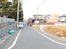 前面道路も広く楽々と駐車して頂けます。