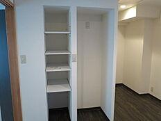 廊下部分に造られた冷蔵庫置場と収納用の棚です。少ないスペースを無駄なく上手に利用しています。