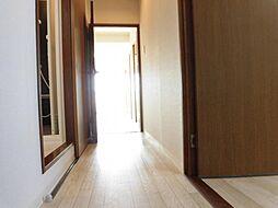 リフォーム済廊下は壁・天井クロス張替え、床クッションフロア張り、照明交換、洗面脱衣所の入り口建具新設を行いました。新設建具は引き戸なので、廊下の通行の邪魔になりません。