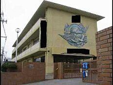 中学校西浜中学校まで1425m