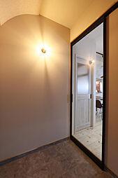 DOMAにした広々した玄関。優しい光が出迎えてくれます。天井のアールもかわい。