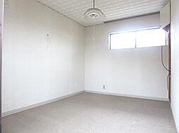 リフォーム中 2階西側6帖洋室 別アングル 窓からは柔らかな陽射しと風通しを確保 「そろそろ1人部屋が欲しい」そんなお子様の願いも叶えてあげられそうですね 子供部屋にいかがですか