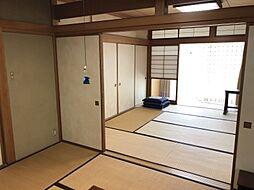 続きの和室には日差しがよく入り、日向ぼっこやお昼寝用としても快適にお使いいただけます