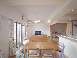 内装リフォーム済(天井・壁クロス貼替え)の約25帖のリビングダイニングキッチン