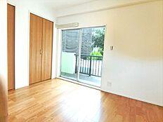 洋室は2面採光で明るいお部屋。風通しも良好。大きめのクローゼット付で収納面も充実。