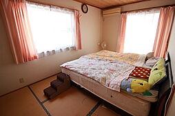 2階7.5畳和室南面から光を取り込む明るい居室です。押入れが備わっているので居住スペースをしっかり確保できますね。