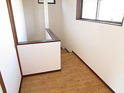 リフォーム済二階廊下です。二階から降りる際の最初の数段は踊り場のように踏板の奥行きが広い板になっています。床クッションフロア張替え、壁・天井クロス張替え、照明交換を行いました。