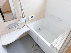リフォーム済リクシル製のユニットバスに新品交換しました。大きさは0.75坪タイプで半身浴も楽しめるベンチ付きの節水型浴槽です。約35%超節水のエコフルシャワーは家計にも易しいうれしいシャワー水栓で
