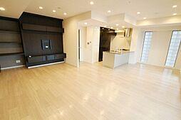 角住戸で明るく、清潔感のある内装です。ゆとりある広さのリビングで家族だんらん。